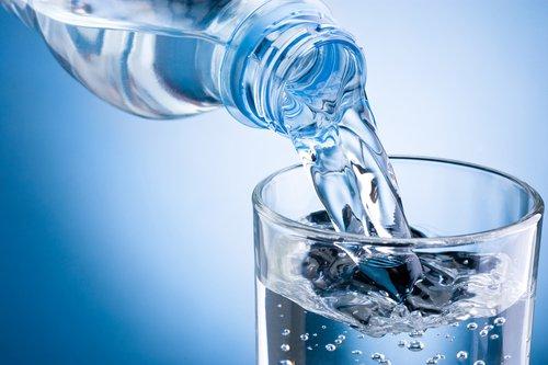 Beneficios de beber agua con el estómago vacío